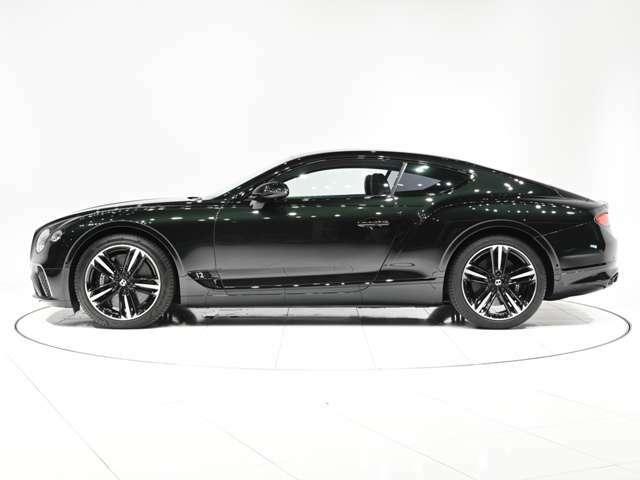 オプションは、コントラストステッチ、Continentalブラックラインスペック、フロントシートコンフォートスペック等が装着されております。