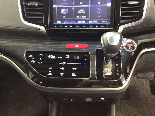 エンジンスタート/ストップスイッチとセレクトレバーを左手手元に配置。操作しやすいパネルです。