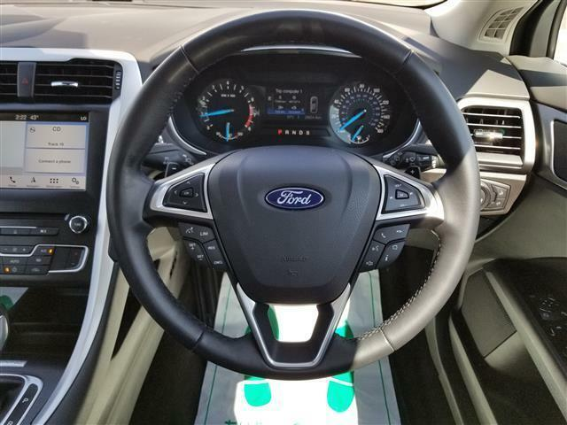 ステアリングにはMy Ford Touch、メーター内ディスプレイ、クルーズコントロールの操作スイッチが装備されておりステアリングから手を放すことなく操作を行っていただけます!
