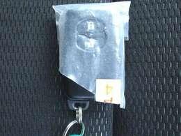 カギがポケットの中でもドアロック開閉やエンジンスタートが可能な便利なスマートキ装備!
