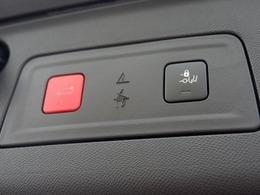 電動テールゲート。ボタンで開閉が可能です。バンパーの下に足をかざすだけで自動的に開くハンズフリーテールゲートも装備。