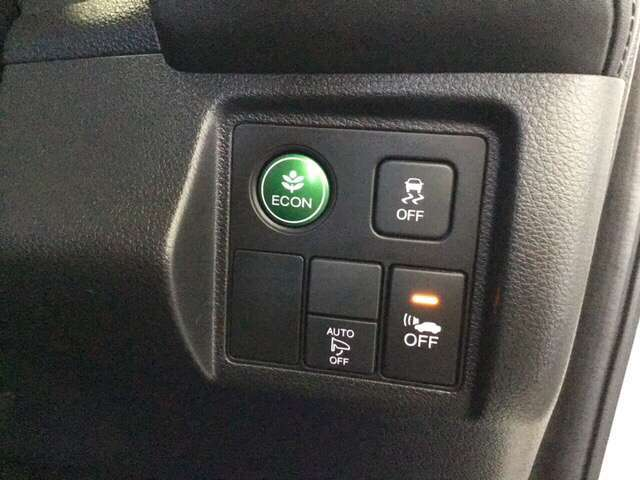 Hondaセンシング用の、VSA(ABS+TCS+横滑り抑制)解除とレーンキープアシストシステムのメインスイッチはハンドルの右側に装備しています。燃費に役立つECONボタンもここです。