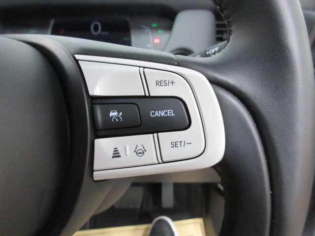 ステアリング右には自動で適切な車間距離を保ってたり、車線を維持するスイッチが御座います。ドライブに安心感を与えてくれます。