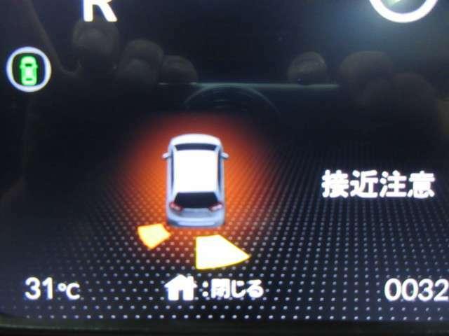 お車が障害物に近づいた際、表示と警告音で障害物の位置、距離をお知らせします。