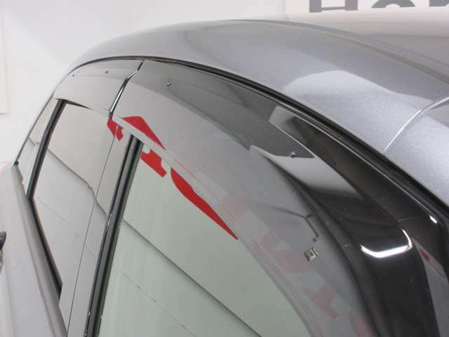 ドアバイザー装着車のため、雨天時でも車内の換気が可能です。