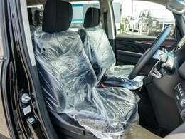 ラミ付きエンボス加工の立体的で質感の高いシート生地を採用、運転席は電動シート、前席左右には電熱シートヒーター装備で寒い朝も快適です!