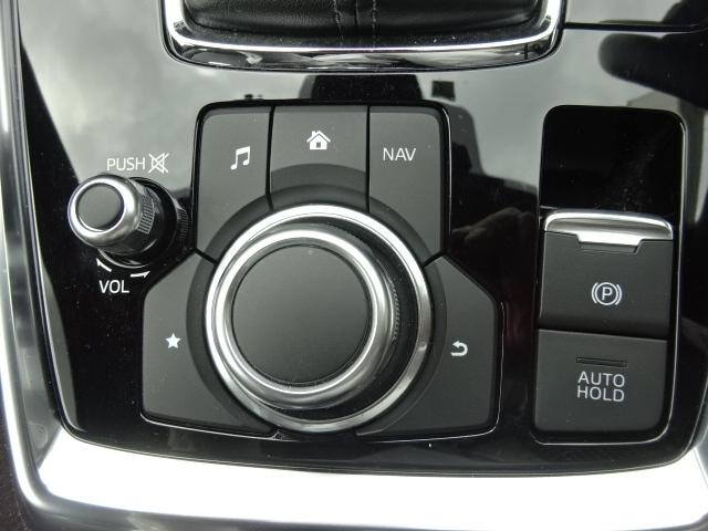 ステアリングホイールにリモートコントロールスイッチを装備です。運転しながらのオーディオのボリューム調整やスマートフォンの受話をしたりインフォーメーションモニターの操作が可能になります。