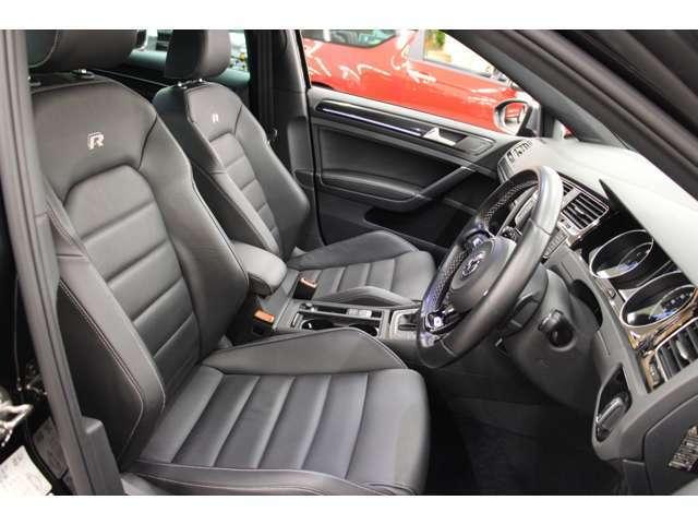 R専用のブラックレザースポーツシートを装備しています。サポートがきいたシートなので、コーナリング時も安定感がございます。
