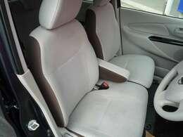 運転席・助手席の間には肘置きがあるので、ゆったり運転できます!
