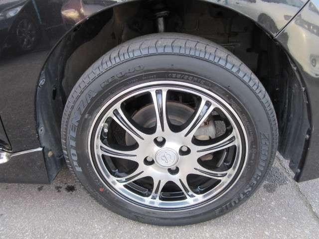 社外15インチアルミホイールに組み込まれたサマータイヤです。タイヤサイズは185/55-15です。
