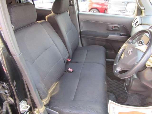 ベンチタイプのフロントシートです。目立つ汚れやヘタリもなくキレイです。