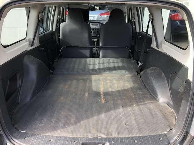 後部座席を収納するとフラットな広々スペース