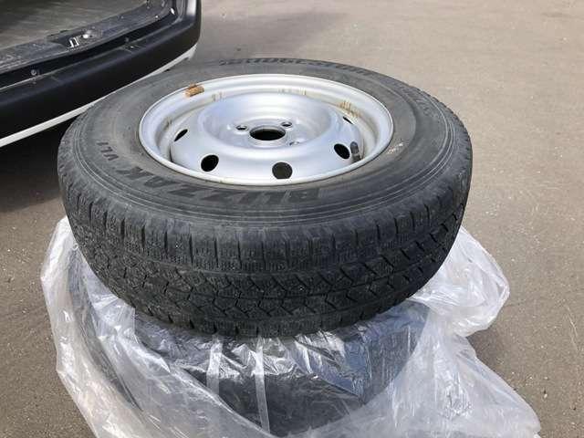 〔積込みタイヤの画像〕 タイヤ交換の季節に慌てることなく安心です。