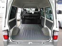 画像は2列目シートをたたんで、3人乗り仕様にした荷室の状態です。相当大きな荷物や長尺物も積み込み可能で、大変便利です。荷物の状況に応じて、使い分けてください。★☆★☆★
