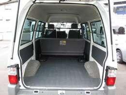 フラットで荷物の積み下ろしが簡単な貨物スペースです。画像は6人乗車可能時の状態です。5ドアでハイルーフですので、荷室に高さもあり、左右どちらからでも荷物の出し入れが可能です。★☆★☆