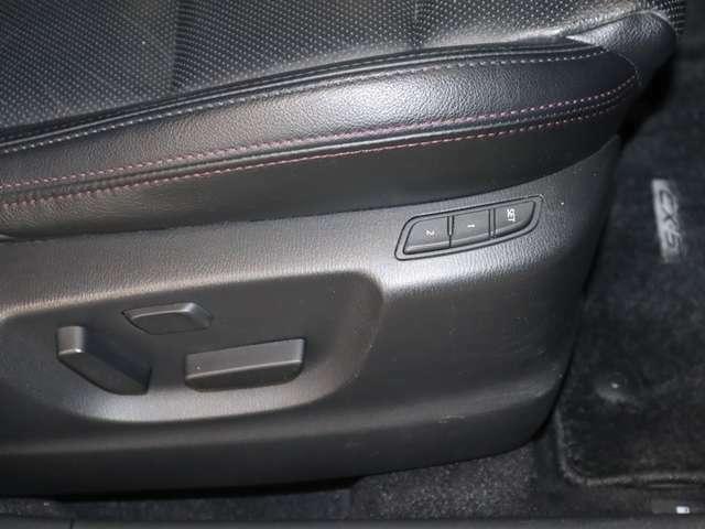 運転席パワーシートは、前後スライド、リクライニング、上下がスイッチ操作で調整可能です。細かな調整が可能なので、より自身の運転体勢にあったドライビングポジションで運転して頂けます。2人まで設定登録可。