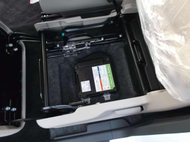 助手席底辺部にはエネチャージ用バッテリー