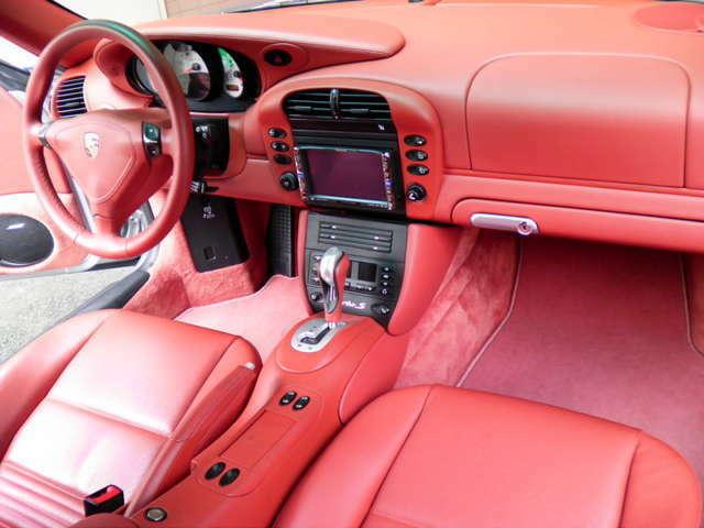 内装は新車時メーカーオプションのボクスターレッドフルレザーインテリア、シートヒーター、BOSEサウンドシステム、カロッツェリアメモリーナビ、地デジTV、ETC付です。詳しくは弊社ホームページをご覧ください。
