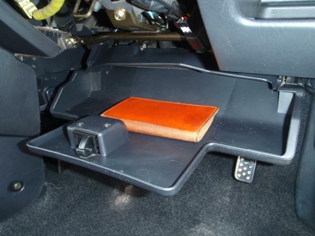 運転席の足元、コラムカバーの下にあるとっても便利な収納スペースのはずなんですが、意外にも使用される機会が少ないみたいで・・・どんどん活用しましょう!