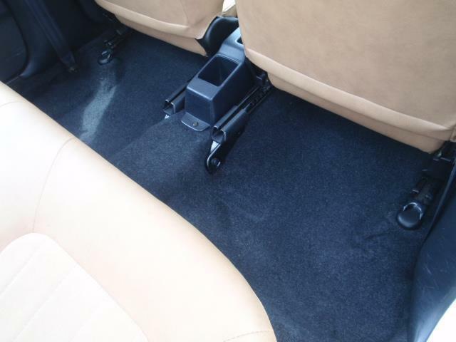 使用頻度の最も高い運転席は前オーナー様の使用状況を知るバロメーター!足元マットの下にあるフロアカーペットの状態をご覧下さい!