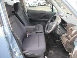 運転席のお写真です。 広い足元にゆったり座れるシートはひじ掛けも装備しており長距離の運転でも疲れにくくなっております♪