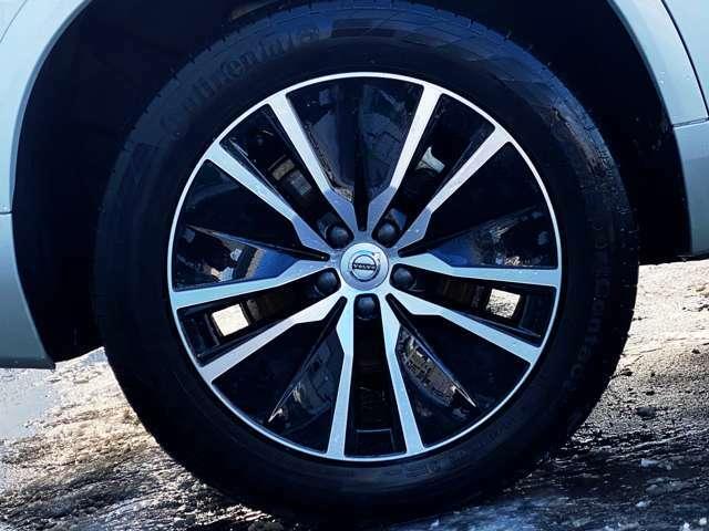 ◆コンチネンタル社製のタイヤと今が旬の【5スポーク純正ホイール】を装着。乗り降りの動作もスマートにまとまります