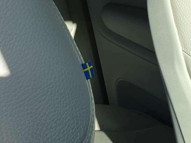 """◆本国・スウェーデンの国旗が、車内のオシャレなアクセントに。シンプルだからこそ引き立つ""""遊びゴコロ""""が心憎い"""