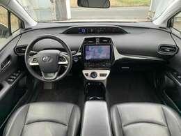 【左ハンドル】視界がよく運転しやすい設計となっております。インパネ周りもすっきりと洗練されたデザインで高級感が溢れています☆日々のドライブを飽きさせません♪