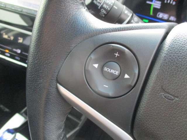 ステアリングオーディオリモコン。左手でハンドルを握りながら音量やチャンネルを変更できます