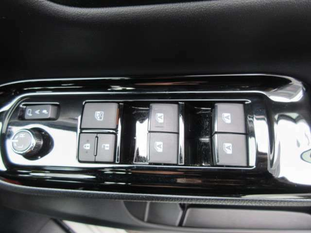 スマートキー&プッシュスタートシステム付きでエンジン始動もボタンをワンプッシュ★ドアロックもラクラク操作できます★狭い駐車場でも便利な電動格納ドアミラーも付いていますよ★