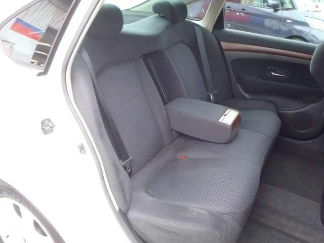 後席の中央部は、カップホルダーつきのアームレストとしても使えます。