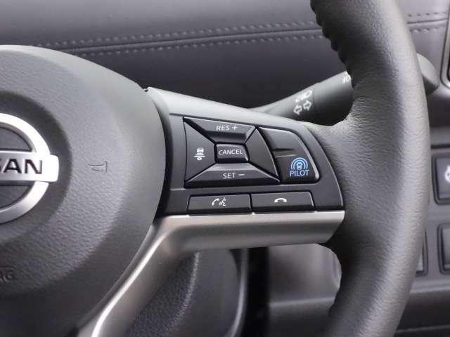高速道路の運転でアクセル、ブレーキ、ハンドルの操作を車がアシスト。ドライバーの負担を軽減してくれるプロパイロット装備
