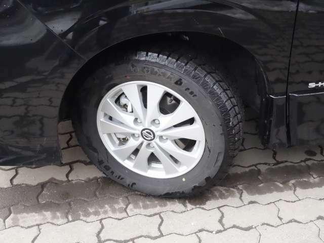 純正アルミホイールにはスタッドレスタイヤを装着(積み込み夏タイヤ装備。)