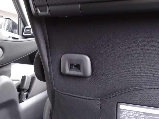 後席用にスマートフォンなどの充電ができるUSB電源ソケットを装備!