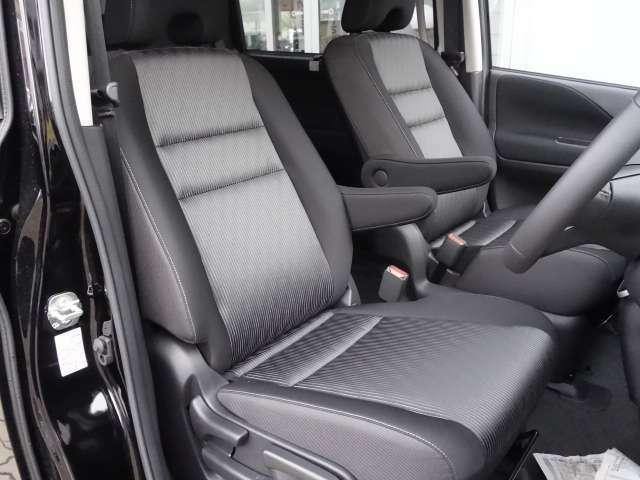運転席・助手席の様さう 運転席には身長に関係なくポジションを取る事のできるシートリフター装備
