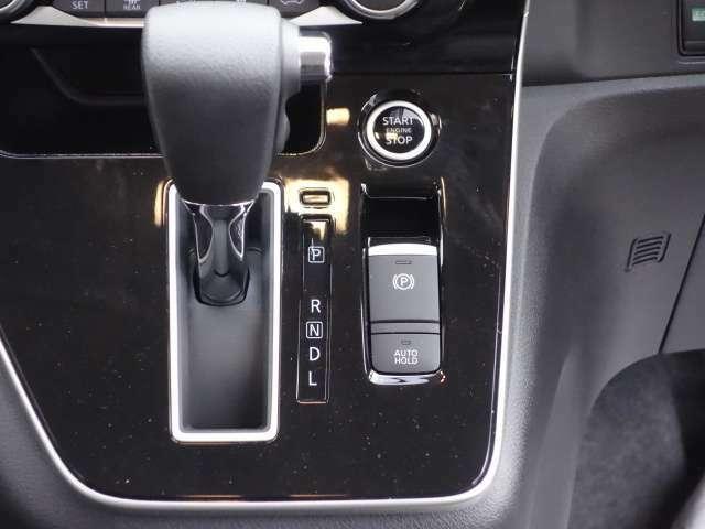 電動パーキングブレーキ・オートホールド装備 オートホールドはブレーキ操作によって停車時に、自動的にブレーキ力を保持する機能です。アクセルを踏むと自動で解除され発進することができます。