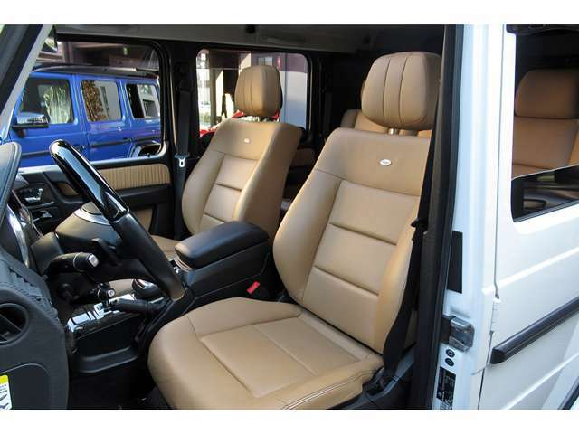 インテリアは、ドア内張やフロアマットのパイピングまでもがデジーノレザーとなっており、手触りや座り心地もまるで別物となっております。