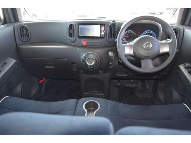 運転席回りは使い勝手の良いデザインと操作ボタンの配置となっております!シフトは操作が非常に楽です!一度体感下さい!きっと気に入って頂けると思いますよ!