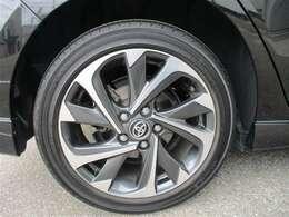 スタイリッシュな純正アルミホイール。タイヤサイズ225/45R17残り溝約4mmです。