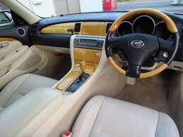 高級感溢れるベージュ内装!!レザーシートーや両席パワーシートと装備も充実!木目調パネルも大変おしゃれです!安全面もエアバック&ABSで安心です