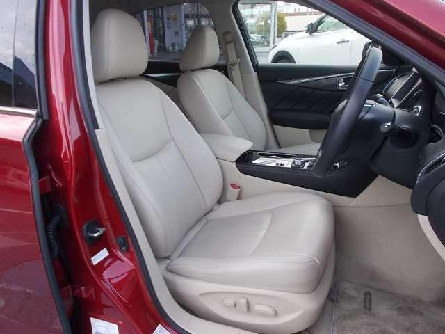 ドアを開けた瞬間から、ドライビングへの気持ちが昂ぶる。運転席、助手席とパワーシートです。
