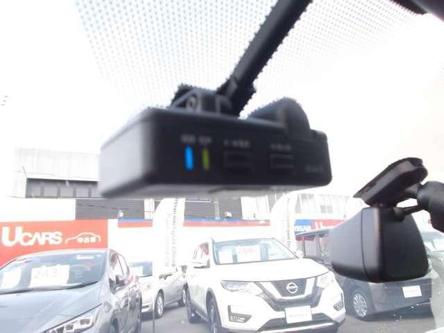 万が一の事故の時も記録が残って安心のドライブレコーダー付き。400万画素。