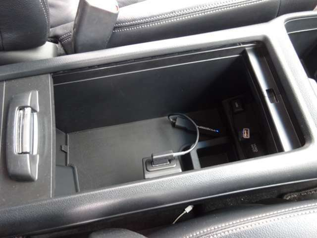 運転席助手席の間には収納スペースもあります!USBジャックもありますよ!