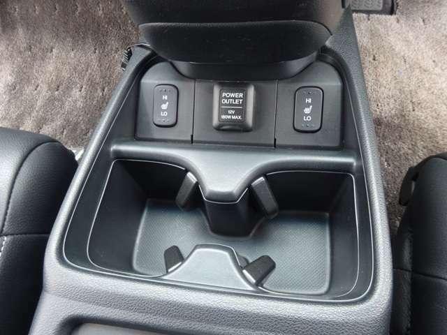 運転席助手席の間にカップホルダーがあります!フロントシートはシートヒーターも付いていますよ!