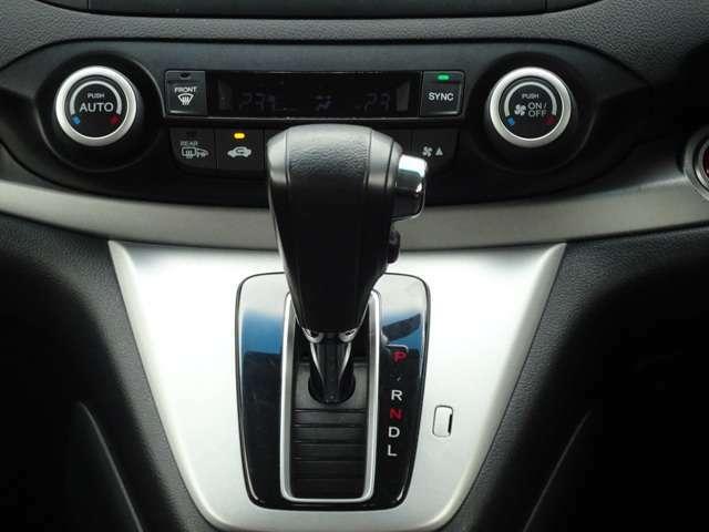 運転席、助手席それぞれ独立して温度調節可能なフルオートエアコン装備です!温度を決めれば、あとは機械が自動で風量などを調整!
