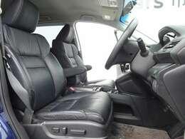 オシャレな本革のフロントシート!運転席の位置調節はボタンで操作のパワーシート!