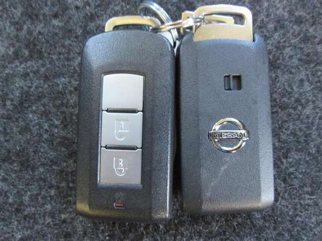 エンジンキーはスマートキーですのでポケットやバッグに携帯していれば鍵の開閉、エンジン始動ができます。
