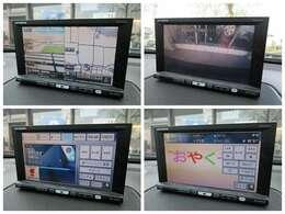 社外HDDナビが装備されております♪バックカメラもついており、画面もクリアで運転中も確認しやすいです♪DVDの視聴もお楽しみ頂けます♪ミュージックサーバーも搭載されております♪