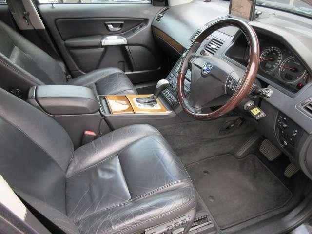 運転席は広々としており窮屈感等のストレスを感じることなく運転することが出来ます♪運転席・助手席ともに電動シート+ヒーターが装備されておりますのでお好みのシートポジションに楽に設定が可能です♪