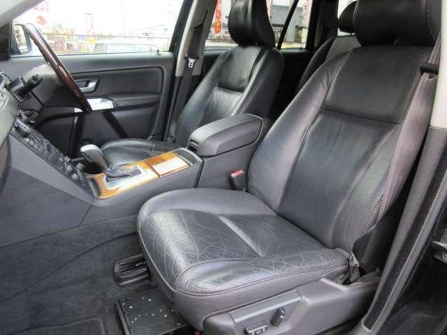 運転席と助手席のシートには目立つ擦れやキズ等もなくキレイな状態です♪シートのクッション性も良く座り心地も良好です♪コンソールボックスは肘掛けにもなりドリンクホルダーと小物入れも装備されております♪